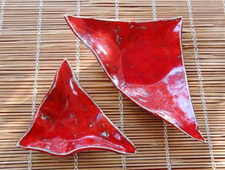 zwei rote keramik schalen in stylischer dreieckiger form, mit extravaganter Glasur gebrannt - NR: 106 - VERKAUFT