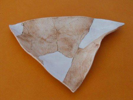 eine Keramikschale in  Natur Engobe mit anteilig weisser, glänzender Glasur - NR: 110 - VERKAUFT