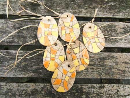 tolle keramik ostereier in den farben gelb und orange auf natur - NR: 125