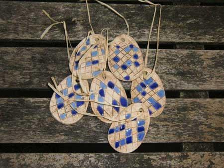 style mit ihrem neuen osterschmuck am osterstrauss. deko eier in blautoenen auf natur - NR: 126 - VERKAUFT