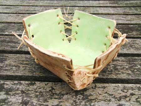 schale mit bastfaden aus keramik - NR: 137 - VERKAUFT