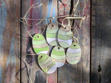 Osterschmuck aus Ton.  Die grüne und wei�e Glasur der Ostereier befindet sich auf beiden Seiten- NR: 171