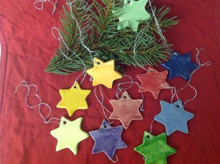 bunte Adventssterne - Keramiken zum Fest am Weihnachtsbaum