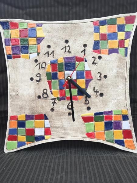 Uhr mit modernen Farben in den Kästchen als Wandschmuck