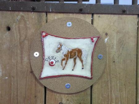 von Hand gestaltetes Schild mit Pferdename für den Stall - NR: 230